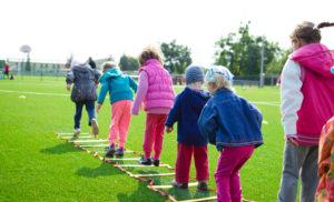 Alumnos jugando en el colegio