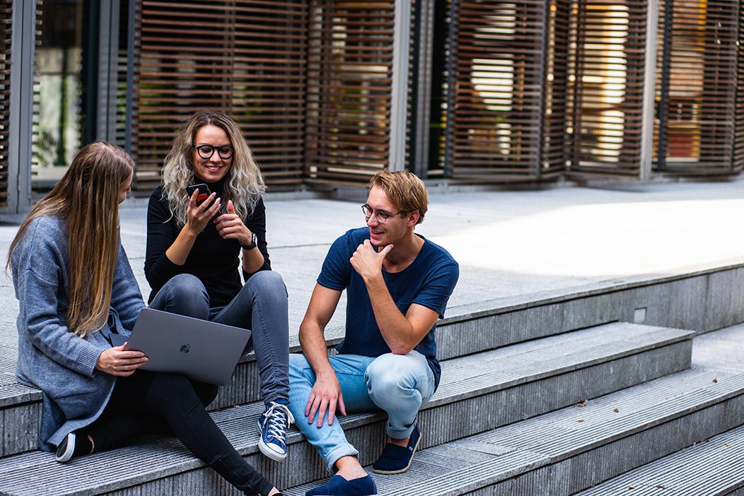 Grupo de jóvenes con tecnología