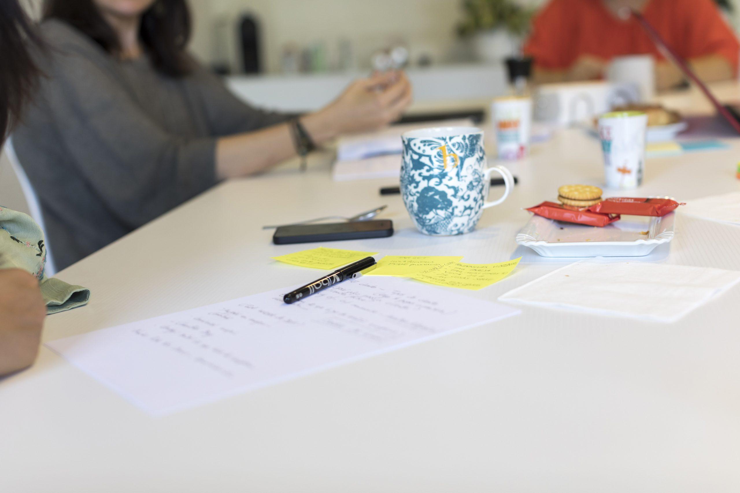 Mesa con papeles