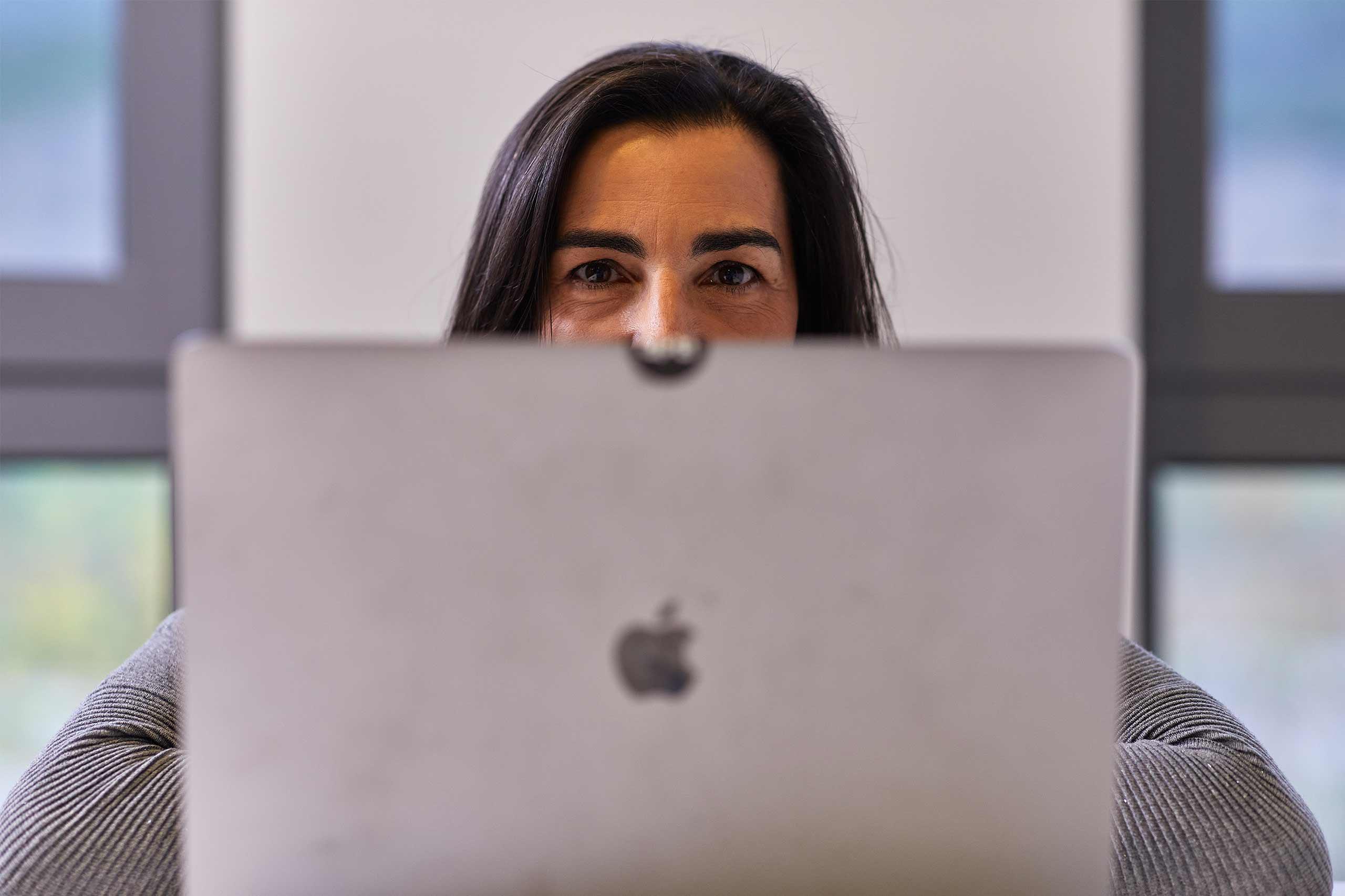 Belén de Rosendo trabajando en un ordenador