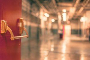 las puertas abiertas de un colegio