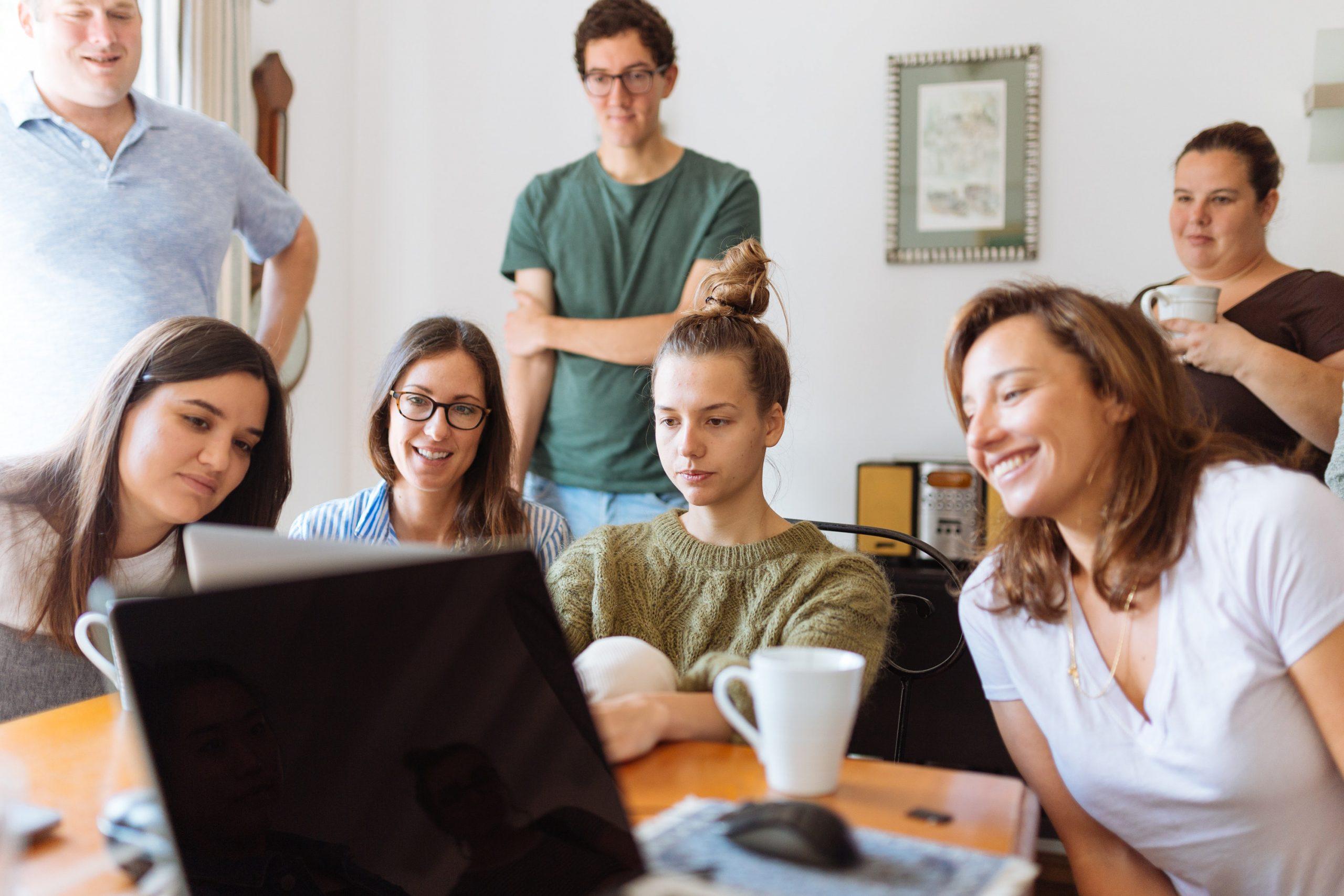 grupo viendo un video en el ordenador