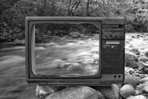 Televisión rota en un río
