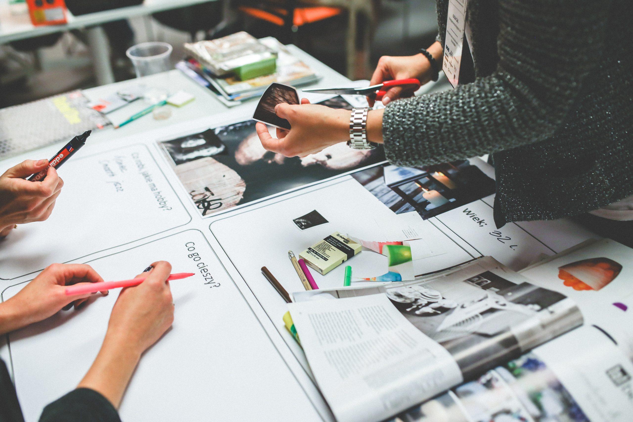 Personas recortando revistas y para redefinir los problemas encontrados en la analítica