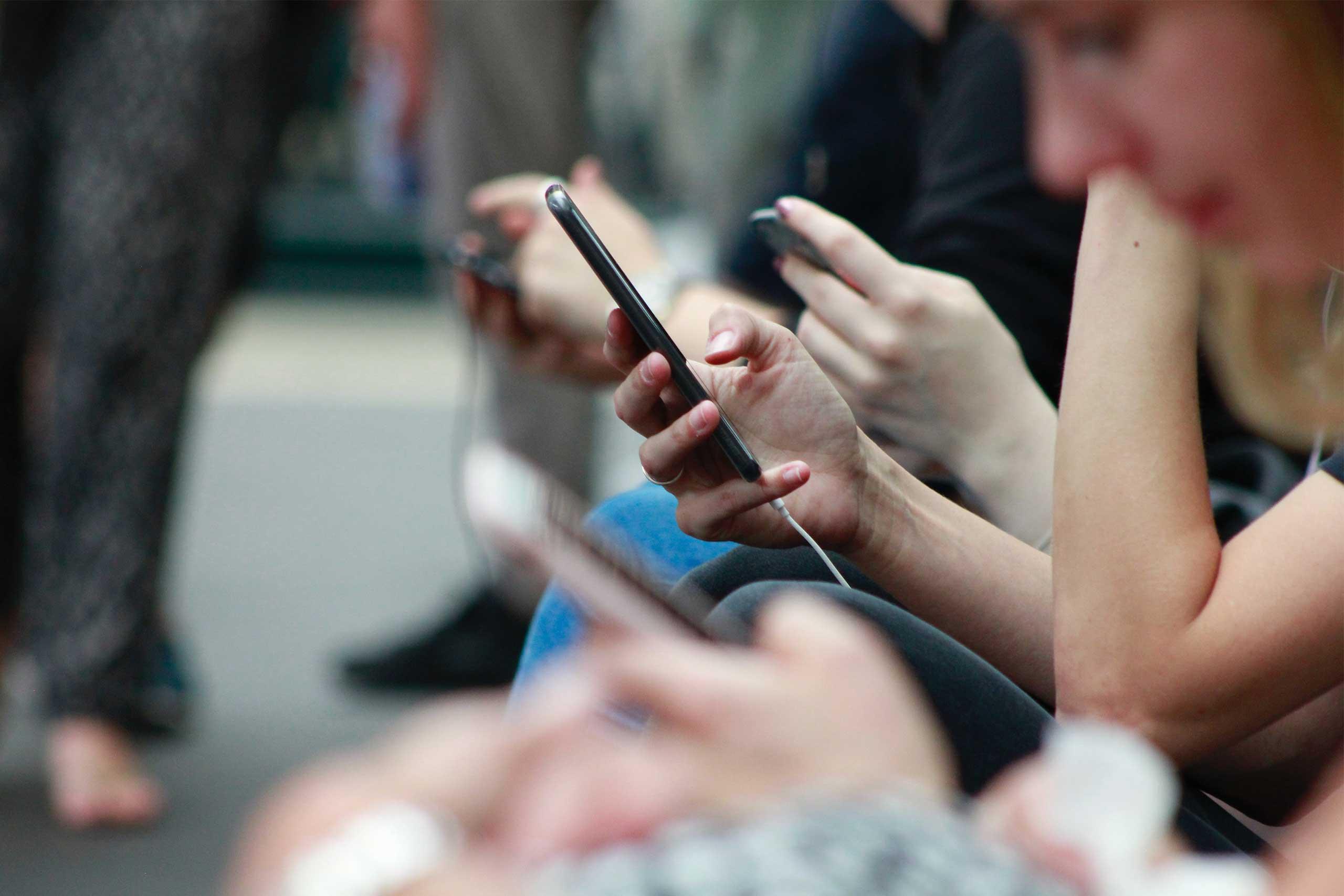 personas usando las redes sociales en el móvil