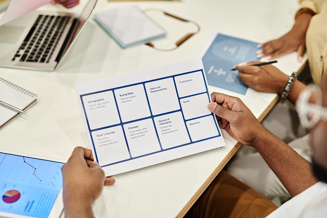 una persona sostiene en la mano un modelo de estrategia de comunicación