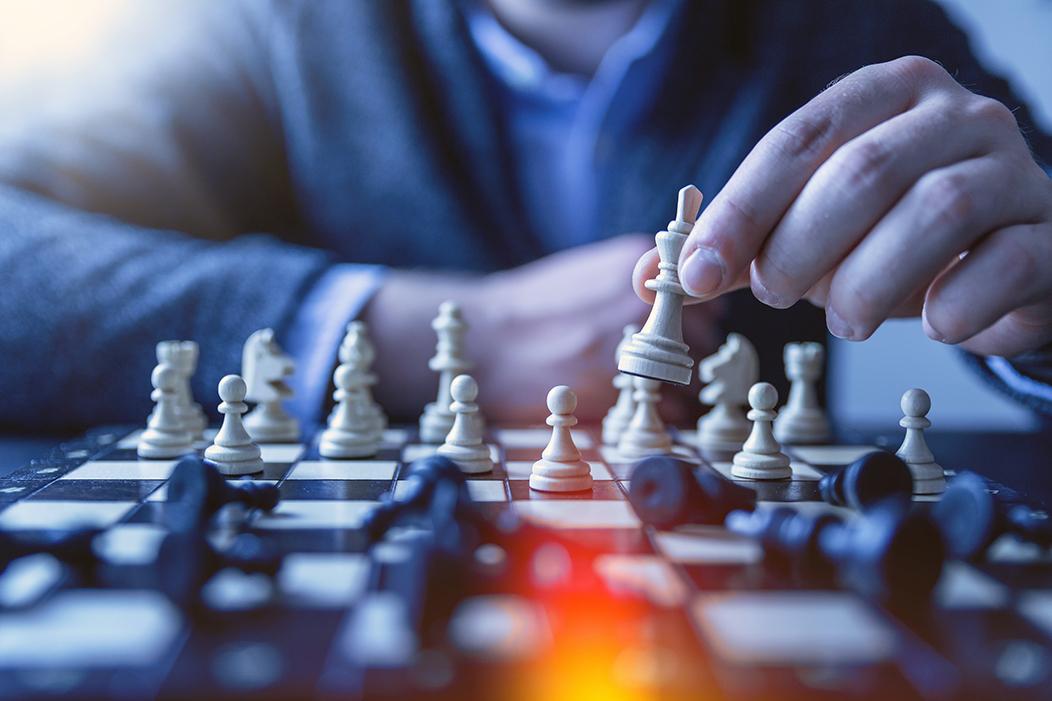 persona moviendo ficha de ajedrez
