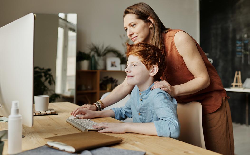 madre e hijo navegando por la web del colegio