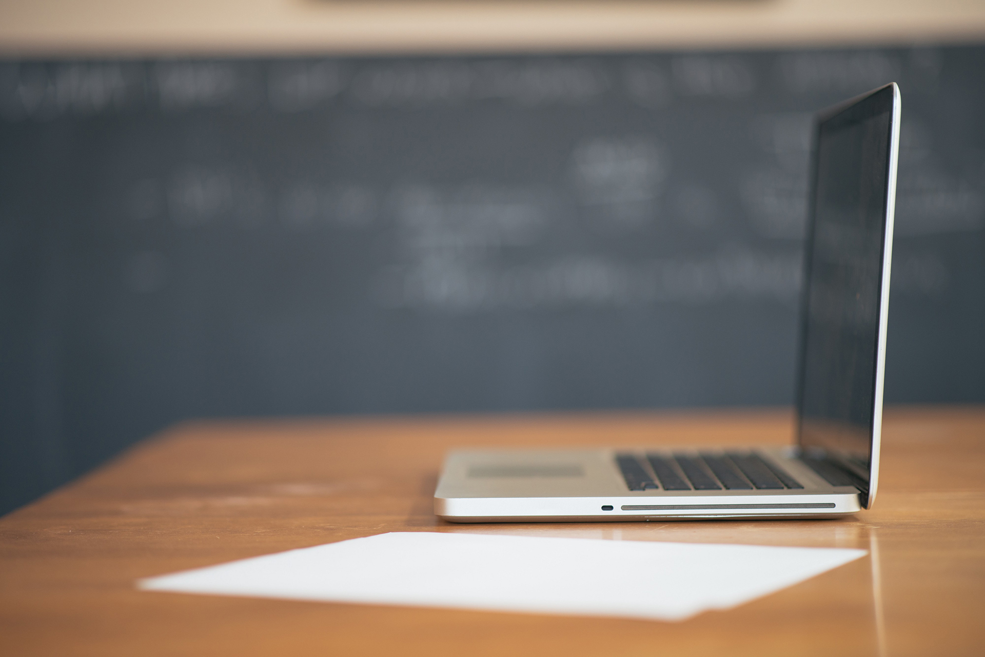 ordenador en un aula del colegio